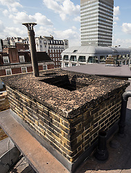 © Licensed to London News Pictures. 31/07/2015. London, UK. A general view of the chimney of 24 Great Cumberland Place, which is believed to be the chimney which a 20 year old man fell into early this morning and died. Photo credit : James Gourley/LNP