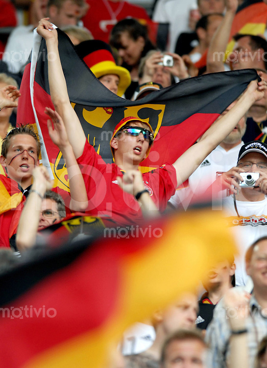 Fussball WM 2006  Gruppenspiel  Vorrunde Deutschland - Polen Deutsche Fans feiern auf der Tribuehne vor dem Spiel