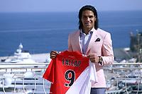 Radamel Falcao aver son nouveau maillot de l AS Monaco