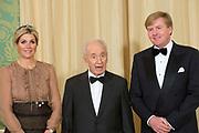 Officiële foto voorafgaand aan het banket in paleis Noordeinde, op de laatste dag van het driedaags officieel bezoek van Peres aan Nederland.<br /> <br /> Official photo prior to the banquet at Noordeinde Palace, on the last day of the three-day official visit to the Netherlands Peres.<br /> <br /> Op de foto / On the Photo: <br /> <br /> <br />  Koningin Maxima, de Israelische president Shimon Peres en koning Willem-Alexander <br /> <br /> Queen Maxima, the Israeli President Shimon Peres and King Willem-Alexander