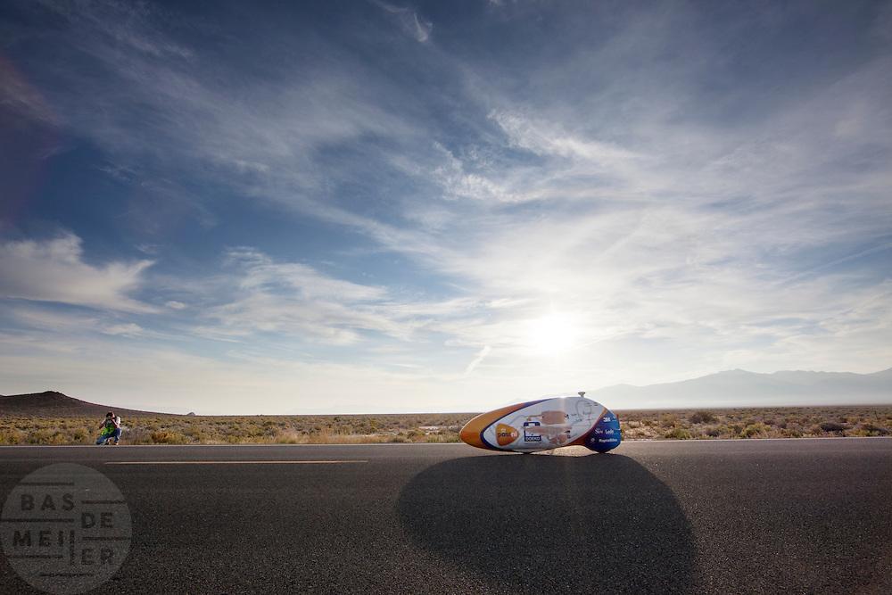 Christien Veelenturf rijdt op de zesde recorddag haar snelste tijd, het is niet genoeg voor het vrouwenrecord. Het Human Power Team Delft en Amsterdam (HPT), dat bestaat uit studenten van de TU Delft en de VU Amsterdam, is in Amerika om te proberen het record snelfietsen te verbreken. Momenteel zijn zij recordhouder, in 2013 reed Sebastiaan Bowier 133,78 km/h in de VeloX3. In Battle Mountain (Nevada) wordt ieder jaar de World Human Powered Speed Challenge gehouden. Tijdens deze wedstrijd wordt geprobeerd zo hard mogelijk te fietsen op pure menskracht. Ze halen snelheden tot 133 km/h. De deelnemers bestaan zowel uit teams van universiteiten als uit hobbyisten. Met de gestroomlijnde fietsen willen ze laten zien wat mogelijk is met menskracht. De speciale ligfietsen kunnen gezien worden als de Formule 1 van het fietsen. De kennis die wordt opgedaan wordt ook gebruikt om duurzaam vervoer verder te ontwikkelen.<br /> <br /> Christien Veelenturf rides her fastest time on the sixth day of the WHPSC. The Human Power Team Delft and Amsterdam, a team by students of the TU Delft and the VU Amsterdam, is in America to set a new  world record speed cycling. I 2013 the team broke the record, Sebastiaan Bowier rode 133,78 km/h (83,13 mph) with the VeloX3. In Battle Mountain (Nevada) each year the World Human Powered Speed Challenge is held. During this race they try to ride on pure manpower as hard as possible. Speeds up to 133 km/h are reached. The participants consist of both teams from universities and from hobbyists. With the sleek bikes they want to show what is possible with human power. The special recumbent bicycles can be seen as the Formula 1 of the bicycle. The knowledge gained is also used to develop sustainable transport.