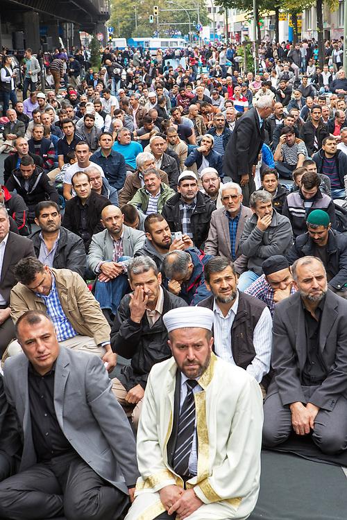 Germany - Deutschland - Öffentliches Gebet und Demonstration von ca 500 Muslimen gegen den IS-Terror, Gewalt, Rassismus und Diskrimierung; vor der Mevlana Moschee in Berlin-Kreuzberg, 19.09.2014