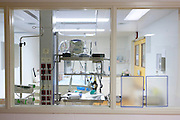 Een isolatiekamer voor patiënten met besmettelijke ziekten in het calamiteitenhospitaal in Utrecht. Met een webcam kan contact worden gemaakt met het thuisfront. Bij het calamiteitenhospitaal in Utrecht worden slachtoffers van grote rampen als eerste behandeld. Afhankelijk van de ernst van de verwonding, wordt het slachtoffer ingedeeld in rood, geel of groen. Het hospitaal is uniek in Europa en is gevestigd in de voormalige atoombunker onder het UMC Utrecht.<br /> <br /> An isolationroom, for patients with infectiuos diseases, at the trauma and emergency hospital.  At the basement of the UMC Utrecht a special hospital for emergency and major incidents is based. Patients are being labelled by number and depending on the injuries they will be transported to the zone red, yellow or green.