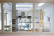 Een isolatiekamer voor pati&euml;nten met besmettelijke ziekten in het calamiteitenhospitaal in Utrecht. Met een webcam kan contact worden gemaakt met het thuisfront. Bij het calamiteitenhospitaal in Utrecht worden slachtoffers van grote rampen als eerste behandeld. Afhankelijk van de ernst van de verwonding, wordt het slachtoffer ingedeeld in rood, geel of groen. Het hospitaal is uniek in Europa en is gevestigd in de voormalige atoombunker onder het UMC Utrecht.<br /> <br /> An isolationroom, for patients with infectiuos diseases, at the trauma and emergency hospital.  At the basement of the UMC Utrecht a special hospital for emergency and major incidents is based. Patients are being labelled by number and depending on the injuries they will be transported to the zone red, yellow or green.