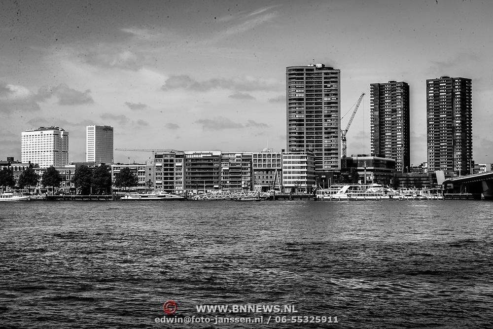 NLD/Rotterdam/20180517 - Woontorens langs het water in Rotterdam centrum