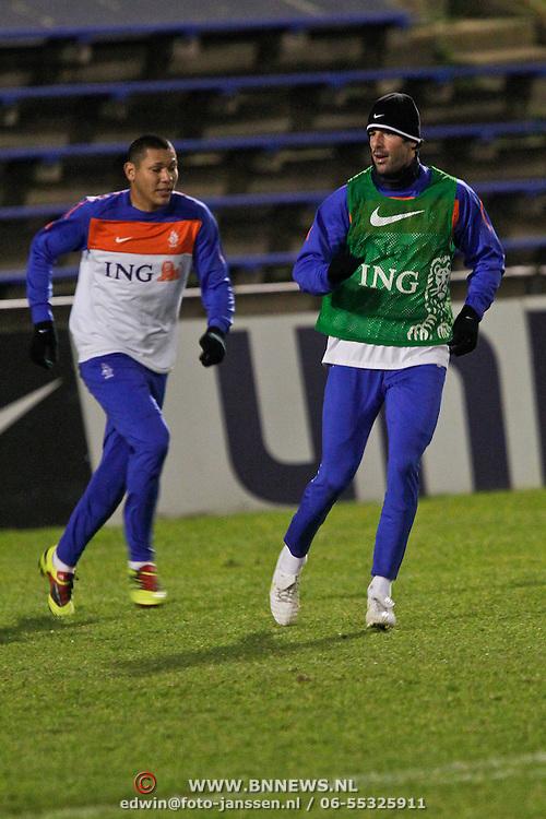 NLD/Katwijk/20110207 - Training Nederlands Elftal voor oefeninterland tegen Oostenrijk, Ruud van Nistelrooy in duel met Hedwiges Maduro