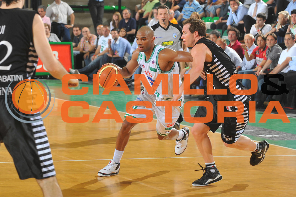 DESCRIZIONE : Treviso Lega A 2008-09 Playoff Quarti di finale Gara 1 Benetton Treviso La Fortezza Virtus Bologna<br /> GIOCATORE : Gary Neal<br /> SQUADRA : Benetton Treviso<br /> EVENTO : Campionato Lega A 2008-2009<br /> GARA : Benetton Treviso La Fortezza Virtus Bologna<br /> DATA : 19/05/2009<br /> CATEGORIA : Palleggio<br /> SPORT : Pallacanestro<br /> AUTORE : Agenzia Ciamillo-Castoria/M.Gregolin