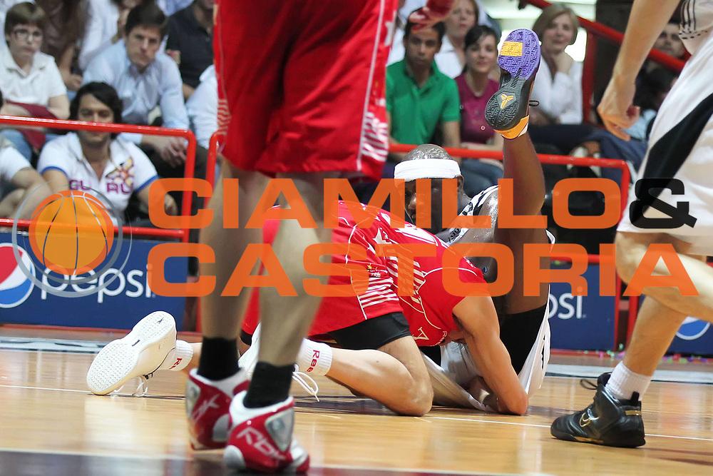 DESCRIZIONE : Caserta Lega A 2009-10 Playoff Semifinale Gara 2 Pepsi Caserta Armani Jeans Milano<br /> GIOCATORE : Massimo Bulleri Jumaine Jones<br /> SQUADRA : Armani Jeans Milano Pepsi Caserta<br /> EVENTO : Campionato Lega A 2009-2010 <br /> GARA : Pepsi Caserta Armani Jeans Milano<br /> DATA : 04/06/2010<br /> CATEGORIA : lotto palla a due contesa<br /> SPORT : Pallacanestro <br /> AUTORE : Agenzia Ciamillo-Castoria/ElioCastoria<br /> Galleria : Lega Basket A 2009-2010 <br /> Fotonotizia : Caserta Lega A 2009-10 Playoff Semifinale Gara 2 Pepsi Caserta Armani Jeans Milano<br /> Predefinita :