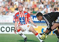 Tryggvi Gudmundsson, Tromsø. Keeper Emille Baron, Lillestrøm,  snapper ballen. Lillestrøm - Tromsø 6-0. Tippeligaen 2000. 13. august 2000. (Foto: Peter Tubaas/Fortuna Media)