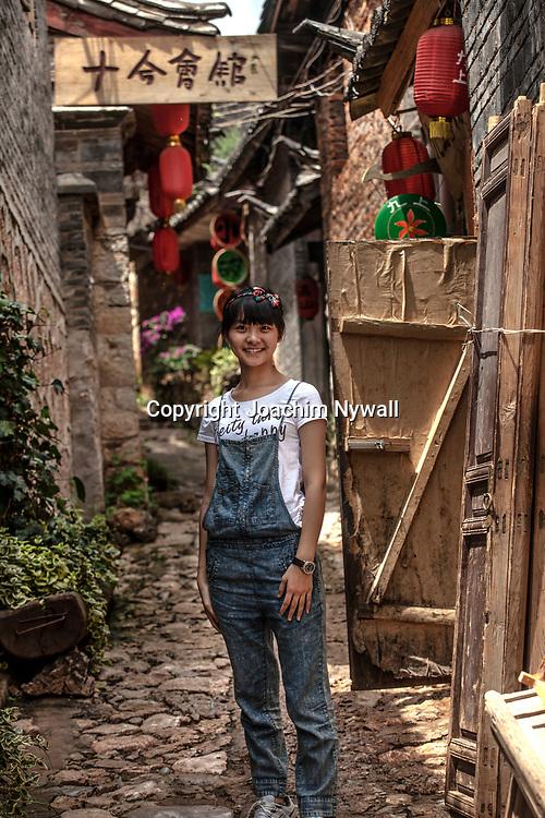 2011 08 21 Bhai Sha Yunnan Kina Liten flicka i en gr&auml;nd<br /> <br /> ----<br /> FOTO : JOACHIM NYWALL KOD 0708840825_1<br /> COPYRIGHT JOACHIM NYWALL<br /> <br /> ***BETALBILD***<br /> Redovisas till <br /> NYWALL MEDIA AB<br /> Strandgatan 30<br /> 461 31 Trollh&auml;ttan<br /> Prislista enl BLF , om inget annat avtalas.