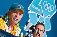 Londen - De Australische hockey bondscoach Rick Charlesworth dinsdag tijdens de persconferentie na de Olympische wedstrijd tussen Australie en Pakistan. rechts aanvoerder Liam de Young.  ANP KOEN SUYK