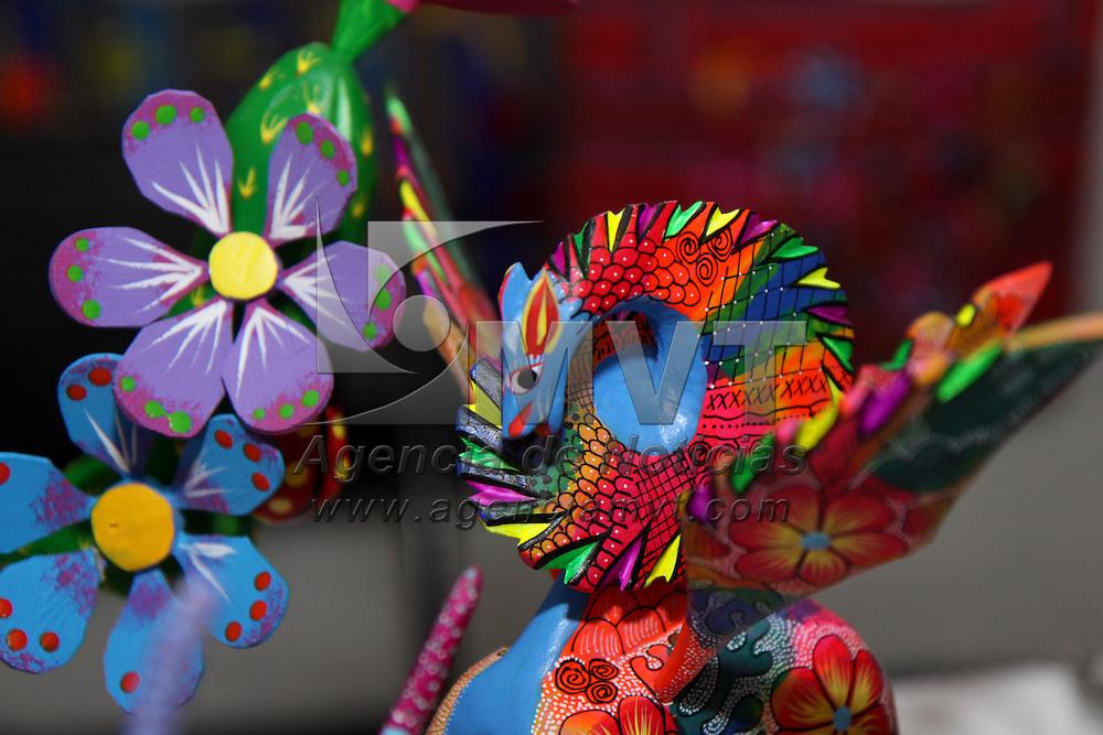 """Toluca, Mex.- La Casa de las Diligencias es sede de  la exposición """"Presencia Cultural y Artesanal de Oaxaca"""" en donde los visitantes pueden encontrar barro negro, mezcal, chocolates,  alebrijes, joyería de filigrana,  ropa de manta, tapetes de lana, nieves oaxaqueñas, manteles, medicina naturista y gran variedad de artesanías, la muestra estará hasta el domingo 11 de Julio y se encuentra  abierta a todo el público. Agencia MVT / Crisanta Espinosa. (DIGITAL)<br /> <br /> NO ARCHIVAR - NO ARCHIVE"""