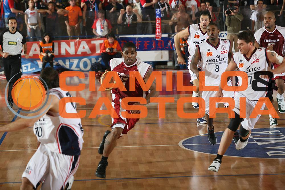 DESCRIZIONE : Biella Lega A1 2006-07 Angelico Biella TDShop Livorno<br /> GIOCATORE : Mc Pherson<br /> SQUADRA : TDShop Livorno<br /> EVENTO : Campionato Lega A1 2006-2007<br /> GARA : Angelico Biella TDShop Livorno<br /> DATA : 13/01/2007<br /> CATEGORIA : Palleggio<br /> SPORT : Pallacanestro<br /> AUTORE : Agenzia Ciamillo-Castoria/S.Ceretti<br /> Galleria : Lega Basket A1 2006-2007<br /> Fotonotizia : Biella Campionato Italiano Lega A1 2006-2007 Angelico Biella  <br /> TDShop Livorno<br /> Predefinita :