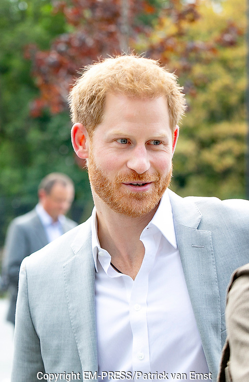 Prins Harry voor een kort bezoek in Amsterdam. De hertog van Sussex arriveerde om 09.15 uur uur bij de A'DAM Toren in de hoofdstad om een nieuw project te lanceren.<br /> <br /> Prince Harry for a short visit to Amsterdam. The duke of Sussex arrived at 9.15 am at the A'DAM Tower in the capital to launch a new project.