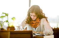 Creative Workplace, junge Frau, kreativ, Arbeiten außerhalb des Büros, Kaffeepause, Restaurant, Österreich, Horn
