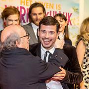 NLD/Amsterdam/20180122 - Filmpremiere Het leven is vurrukkulluk,  Géza Weisz krijgt knuffel van zijn vader Frans Weisz