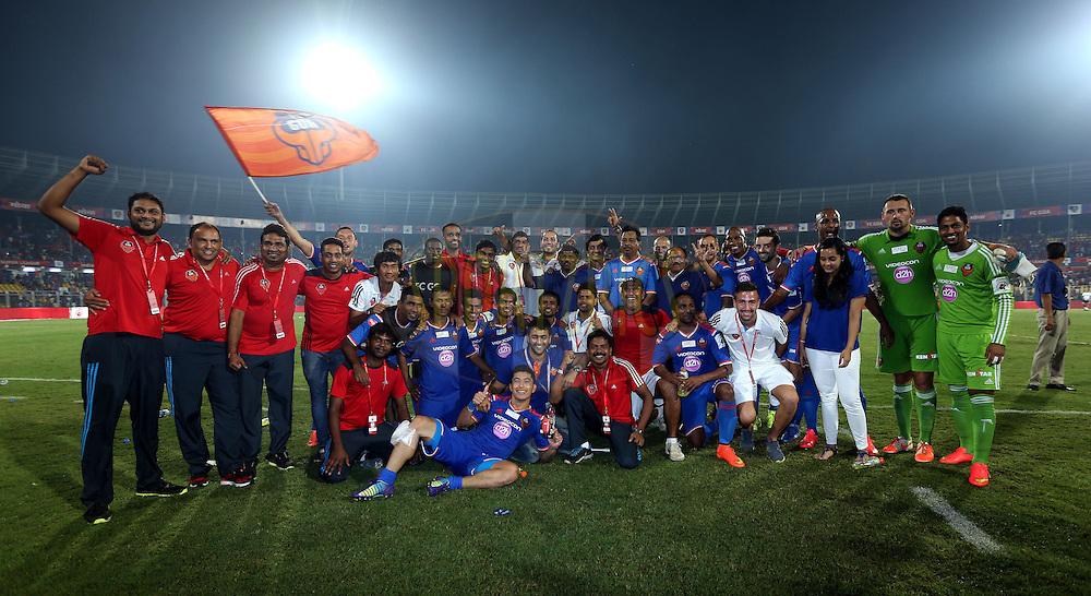 FC Goa team pose for the pix after winning the match 46 of the Hero Indian Super League between FC Goa and North East United FC held at the Jawaharlal Nehru Stadium, Fatorda, India on the 1st December 2014.<br /> <br /> Photo by:  Sandeep Shetty/ ISL/ SPORTZPICS