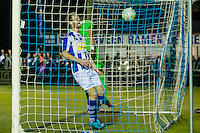 LIENDEN - 21-09-2016, FC Lienden - AZ, Sportpark de Abdijhof, Lienden speler Leon Broekhof en Lienden keeper Jan Schimmel zijn te laat, AZ speler Muamer Tankovic scoort hier de 0-1, doelpunt.