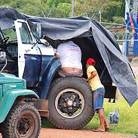 Hombre y muchacho reparando un camion en el Puerto de Samariapo, estado Amazonas, Venezuela. ©Jimmy Villalta