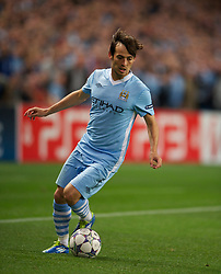 MANCHESTER, ENGLAND - Wednesday, September 14, 2011: Manchester City's David Silva in action against SSC Napoli during the UEFA Champions League Group A match at the City of Manchester Stadium. (Photo by Chris Brunskill/Propaganda)