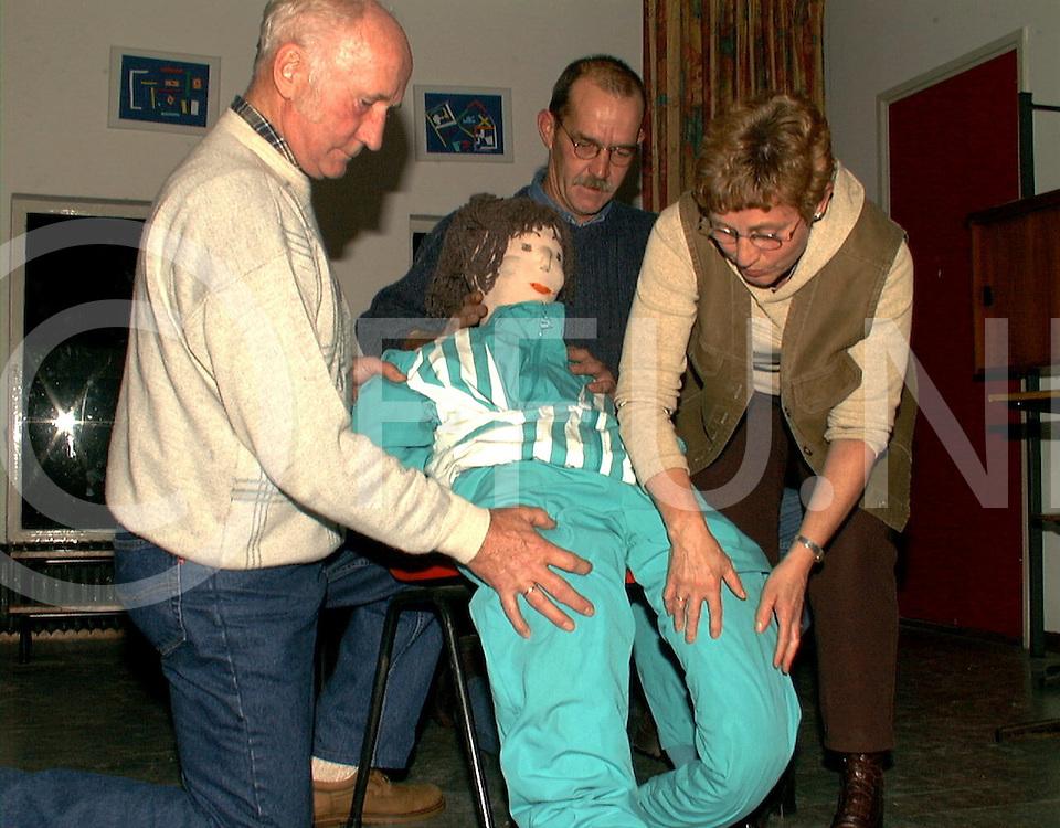 Fotografie Frank Uijlenbroek©1999/michiel van de velde.991111 oud leusen ned.uitvoering toneelvereniging in de kazemierschool.van links naar rechts jan rolleman geert jan kappert.en hennie kappert