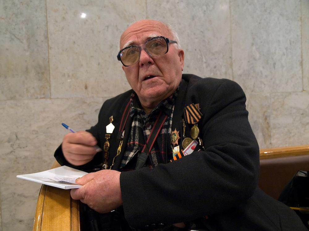 Der 85 j&auml;hrige ukrainische 2. Weltkriegs Veteran Ivan Dmitrievich Dunayev im Museum des Gro&szlig;en Vaterl&auml;ndischen Krieges in Moskau. Das Museum befindet sich auf dem Berg &quot;Poklonnaja Gora&quot;. Die beiden Veteranen sind zur Siegesparade (9.Mai 2008) nach Moskau angereist.<br /> <br /> The 85 years old Ukrainian WW II veteran Ivan Dmitrievich Dunayev at the Museum of the Great Patriotic War in Moscow at Poklonnaya Gora (Bowing Hill). Both WW II veterans travelled for the Victory Parade (09.05.2008) to Moscow.