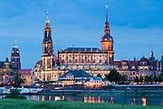 Barockes Dresden bei Dämmerung, Elbe, Hofkirche (Kathedrale), Schloss, Italienisches Dörfchen, Dresden, Sachsen, Deutschland.|.Baroque Dresden at dusk, River Elbe, Hofkirche (cathedral) Residence castle, Dresden, Saxony, Germany