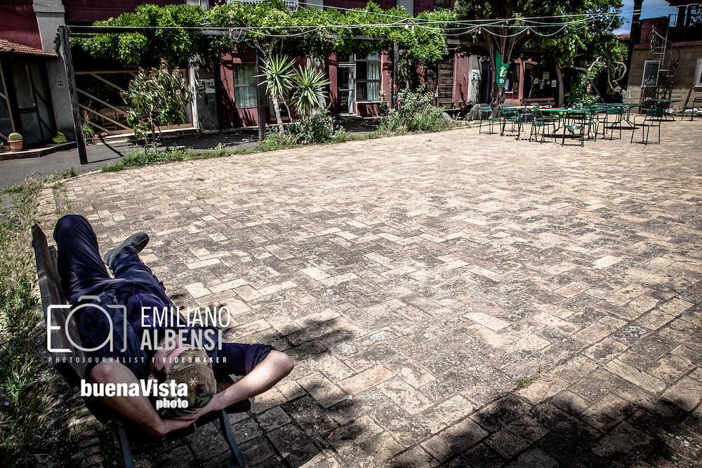 Emiliano Albensi<br /> 30/05/2013 Roma<br /> Ritorno alla terra<br /> Nella foto: Giacomo Lepri, 28 anni, si rilassa dopo una giornata di duro lavoro nella Cooperativa Co.br.ag.or