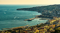 La baie de Naples depuis le Castel Sant'Elmo<br /> Le chateau Sant&rsquo;Elmo est un chateau medieval et un musee, situe sur la colline du Vomero, a Naples. <br /> Il etait autrefois appele Paturcium et se trouve dans le lieu ou il y avait, au xe&nbsp;siecle, une eglise dediee a saint Erasme.<br /> Cet imposant batiment, en partie construit avec du tuf napolitain jaune tire son origine d'une tour d'observation normande appelee Belforte. <br /> En raison de son importance strategique, le chateau a toujours ete une possession tres convoite, de son poste (250 m), on peut controler toute la ville, la baie, et les routes qui menent sur les collines entourant la ville.<br /> <br /> Naples fut d'abord fondee au cours du viie&nbsp;siecle avant notre ere sous le nom de Parthenope par la colonie grecque de Cumes. <br /> Ce premier etablissement fut appele Palaiopolis (la ville ancienne). <br /> Lorsqu'une seconde ville fut fondee vers 500 avant notre ere par de nouveaux colons, cette nouvelle fondation fut appelee Neapolis (nouvelle ville).<br /> Alliee de Rome au ive&nbsp;siecle av.&nbsp;J.-C., la ville conserve longtemps sa culture grecque et restera la ville la plus peuplee de la botte italique et sans aucun doute sa veritable capitale culturelle.<br /> Elle rempla&ccedil;a Capoue comme capitale de la Campanie apres la bataille de Zama, a la suite de la confiscation de citoyennete et des territoires de cette derniere, par son alliance avec Hannibal avant la bataille de Cannes.<br /> Naples possede ainsi l'une des plus grandes concentrations au monde de ressources culturelles et de monuments historiques, jalonnant 2800 ans d'histoire. <br /> Dans le centre historique, inscrit sur la liste du patrimoine mondial de l'Unesco, se rencontrent notamment 448 eglises historiques ainsi que d'innombrables palais historiques, fontaines, vestiges antiques, villas, residences royales.