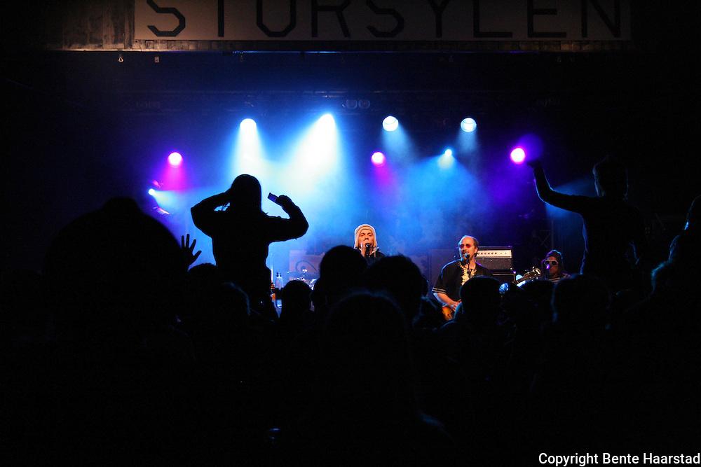 Hærmætti Tysland Band med vokalist Frode Sander Øien i tet fikk det til å koke fredagskvelden. Tydalsfestivalen 09. Foto: Bente Haarstad