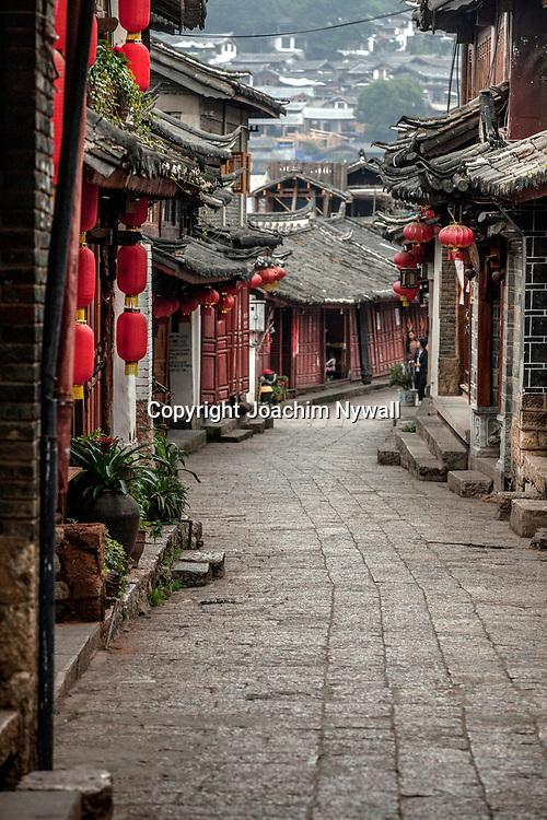 2011 08 Lijiang China Kina<br /> en gr&auml;nd gamla stan med kinesiska lyktor<br /> ----<br /> FOTO : JOACHIM NYWALL KOD 0708840825_1<br /> COPYRIGHT JOACHIM NYWALL<br /> <br /> ***BETALBILD***<br /> Redovisas till <br /> NYWALL MEDIA AB<br /> Strandgatan 30<br /> 461 31 Trollh&auml;ttan<br /> Prislista enl BLF , om inget annat avtalas.