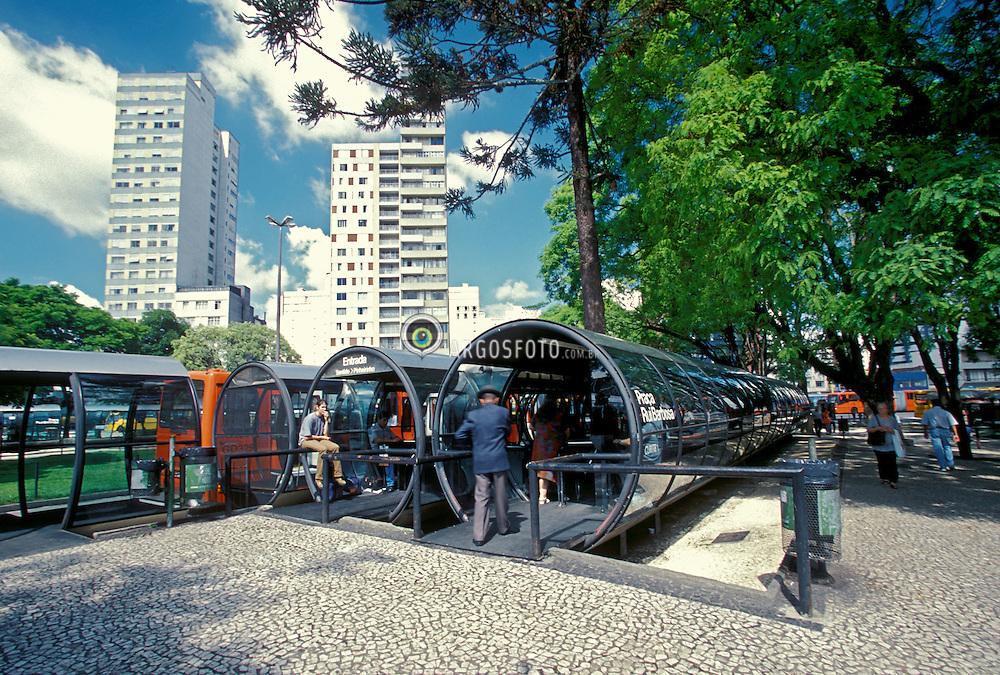 Curitiba,PR,Brasil.Ano 2000..Transporte publico. Onibus biarticulado e estacao-tubo na praca Rui Barbosa./ Public Transportation. Tube-Station in Rui Barbosa square..Foto © Rubens Chaves/Argosfoto
