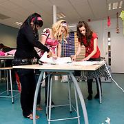 Nederland Rotterdam 5 juni 2008 20080604 Foto: David Rozing .Groepje VMBO leeringen van brede school Palmentuin in Ijsselmonde tijdens buitenschoolse activiteit, strijken en knutselen / ontwerpen met kleding .De brede school is - in Nederland - een definitie voor de samenwerkende partijen die zich bezighouden met opgroeiende kinderen. Hierbij hoort in ieder geval onderwijs en welzijn, maar vaak ook kinderopvang, cultuur, sport, de bibliotheek, enz. In de praktijk is de brede school een plaats waar school en voor- en naschoolse opvang in elkaar samenvloeien..De brede school is een samenwerkingsverband tussen partijen die zich bezighouden met opgroeiende kinderen. Doel van het samenwerkingsverband is de ontwikkelingskansen van de kinderen te vergroten. Een ander doel kan zijn een doorlopende, en op elkaar aansluitende opvang te bieden. .De Brede School is geen nieuw begrip meer in Rotterdam. Sinds een aantal jaar breidt een groot aantal onderwijsinstellingen in het primair- en voortgezet onderwijs in Rotterdam het lesprogramma meer en meer uit met een keur aan activiteiten. Dit kunnen activiteiten zijn die zich richten op sociaal-emotionele, fysieke en cognitieve ontwikkeling van leerlingen, maar ook buiten- of voorschoolse activiteiten die de integratie en participatie van leerlingen en ouders bevorderen..Scholen werken samen met verschillende partners (organisaties, verenigingen, etc.) uit de buurt. Op deze manier sluiten binnen- en buitenschoolse activiteiten zo veel mogelijk op elkaar aan. Het doel? Om leerachterstanden te voorkomen en op te heffen, leer- en ontwikkelingsmogelijkheden te vergroten en de leerprestaties van leerlingen te verbeteren. En belangrijk: dat leerlingen kunnen ervaren waar ze aanleg voor hebben en hun talenten verder ontwikkelen. alle Brede Scholen in het Primair Onderwijs in Rotterdam per 1 januari 2007 verplicht voor-, tussen- en naschoolse opvang moeten aanbieden tussen 07.30 uur en 18.30 uur. Dit kan weer belangrijke gevolgen hebben voo
