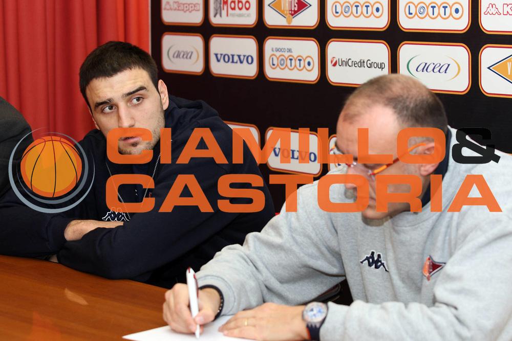 DESCRIZIONE : Roma Lega A 2009-10 Lottomatica Virtus Roma Presentazione Tadija Dragicevic <br /> GIOCATORE : Tadija Dragicevic Matteo Boniciolli<br /> SQUADRA : Lottomatica Virtus Roma<br /> EVENTO : Campionato Lega A 2009-2010<br /> GARA :  <br /> DATA : 29/01/2010<br /> CATEGORIA : Presentazione ritratto<br /> SPORT : Pallacanestro<br /> AUTORE : Agenzia Ciamillo-Castoria/GiulioCiamillo<br /> Galleria : Lega Basket A 2009-2010 <br /> Fotonotizia : Roma Campionato Italiano Lega A 2009-2010 Lottomatica Virtus Roma<br /> Predefinita :