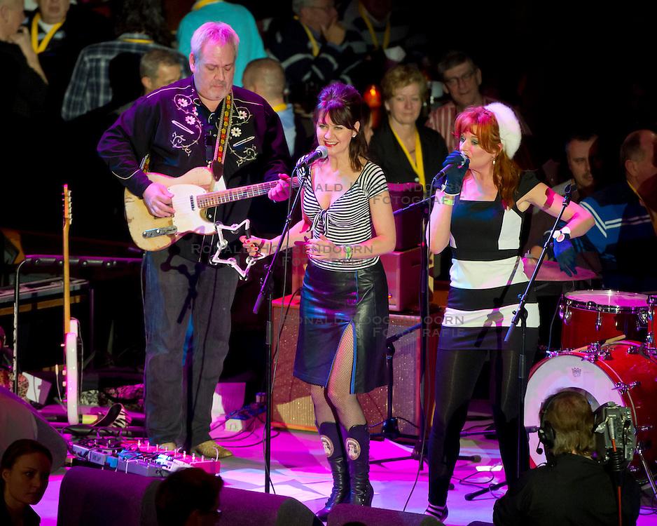 06-01-2012 WIELRENNEN: RABOBANK ZESDAAGSE: ROTTERDAM<br /> De band Ocobar met zangeressen, muziek entertainment<br /> (c)2012-FotoHoogendoorn.nl / Peter Schalk
