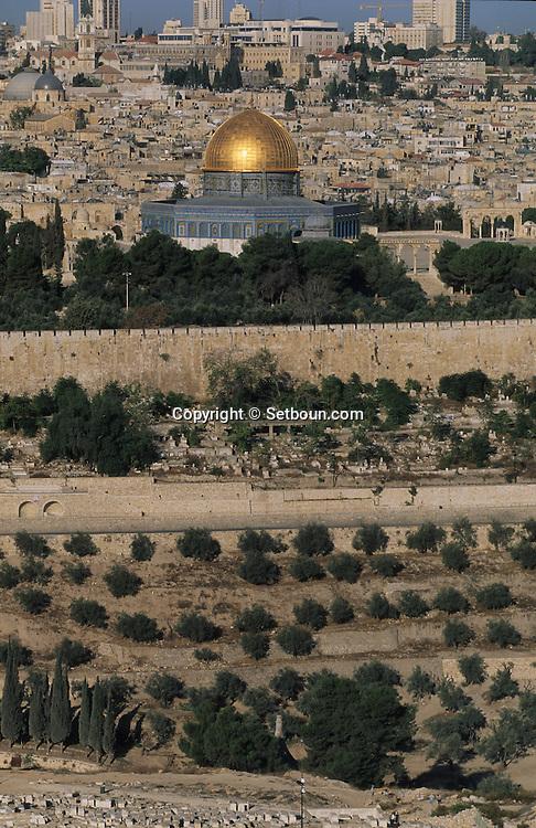temple mount and dome of the rock; in old city of    Israel     ///  le mont du temple, la mosquee díOmar; la vielle ville  Jerusalem  Israel   ///     L4164  /  R00290  /  P116319