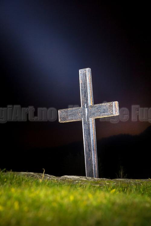 Cross in straylight, lighted with torch. Herøy Gard, Norway | Kors i strølys, opplyst med lommelykt. Herøy Gard, Norge.