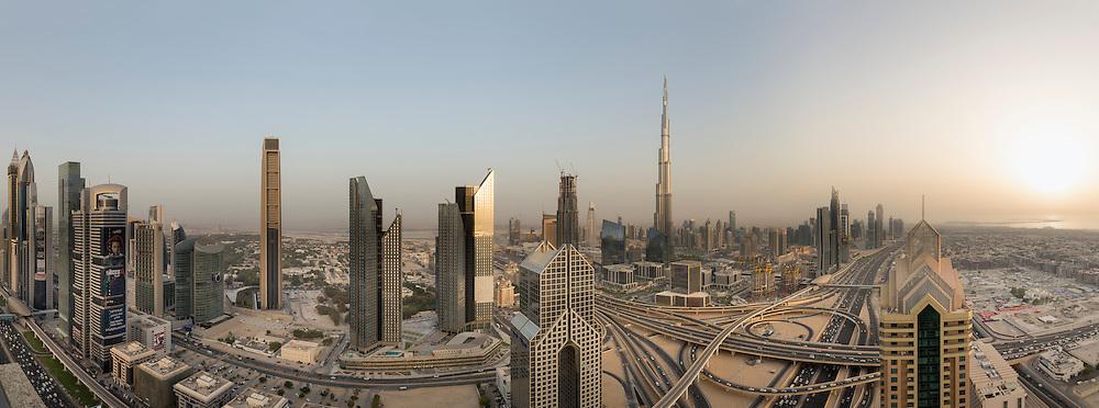 Skyline von Dubai über die Interchange an der Sheikh Zayed Road mit dem Burj Khalifa.