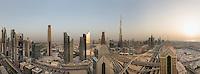 Am Abend dann nach Sonnenuntergang erlebt man, wie ganz Dubai aus dem Dornröschenschlaf erwacht. Skyline von Dubai über die Interchange an der Sheikh Zayed Road mit dem Burj Khalifa.