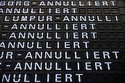 Frankfurt am Main | 18.04.2010..Durch den Ausbruch des Vulkans Eyjafjallajoekull auf Island und dadurch ausgestossene Aschewolken ist der Luftraum ueber weiten Teilen Europas f?r den Flugverkehr gesperrt, dadurch sitzen im Transit-Bereich im Flughafen Frankfurt etwa 800 Menschen fest, die kein Visum f?r Deutschland haben. Hier: Anzeigetafel mit den ausgefallenen Fluegen im Terminal 1. ..Foto: peter-juelich.com..[No Model Release | No Property Release]