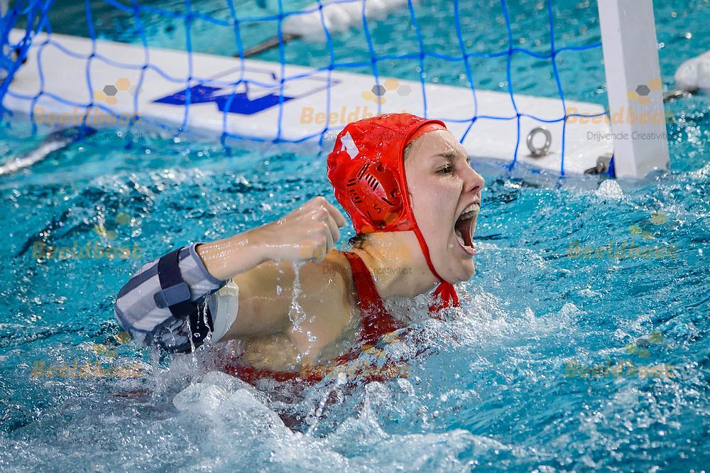 07-04-2018: Waterpolo: UZSC v Het Ravijn: Utrecht<br /> <br /> (L-R) Keepster Sarah Buis van UZSC pakt de beslissende strafworp tijdens het Eredivisie duel tussen UZSC en Het Ravijn op 7 april in zwembad De Krommerijn in Utrecht<br /> <br /> Eredivisie dames - Seizoen 2017 / 2018 <br /> Kwart finale play-offs<br /> <br /> Foto: Gertjan Kooij