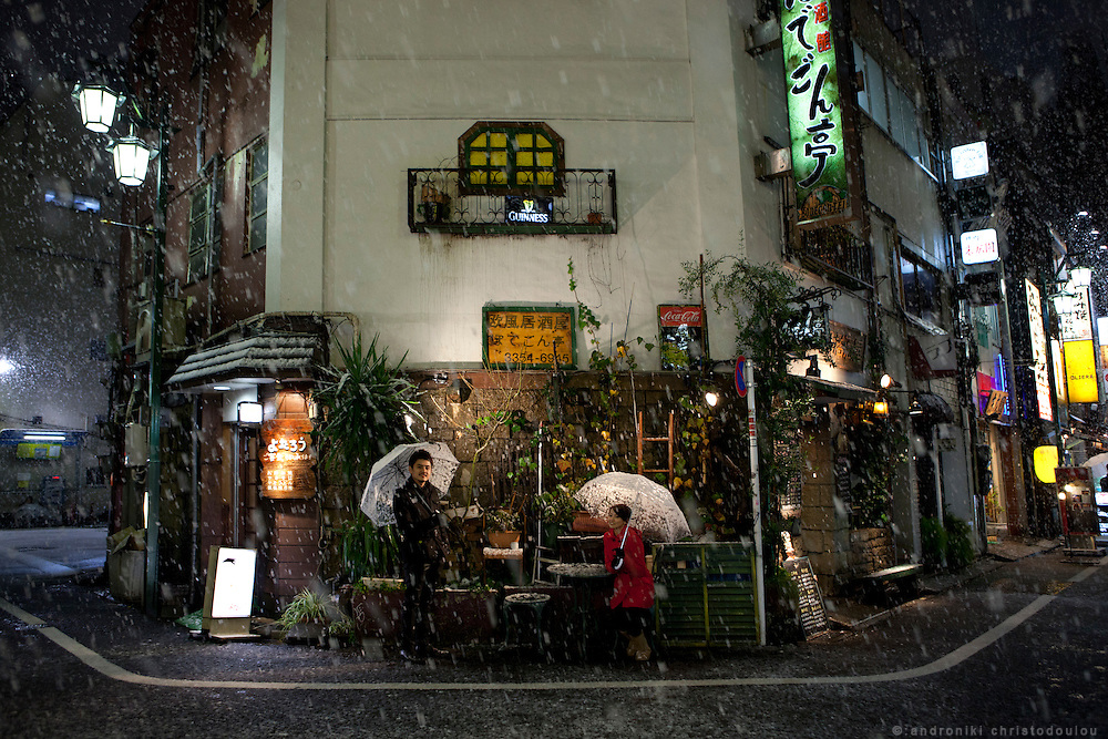 Ben and Winnie during an evening with snow in Shinjuku Sanchoume.
