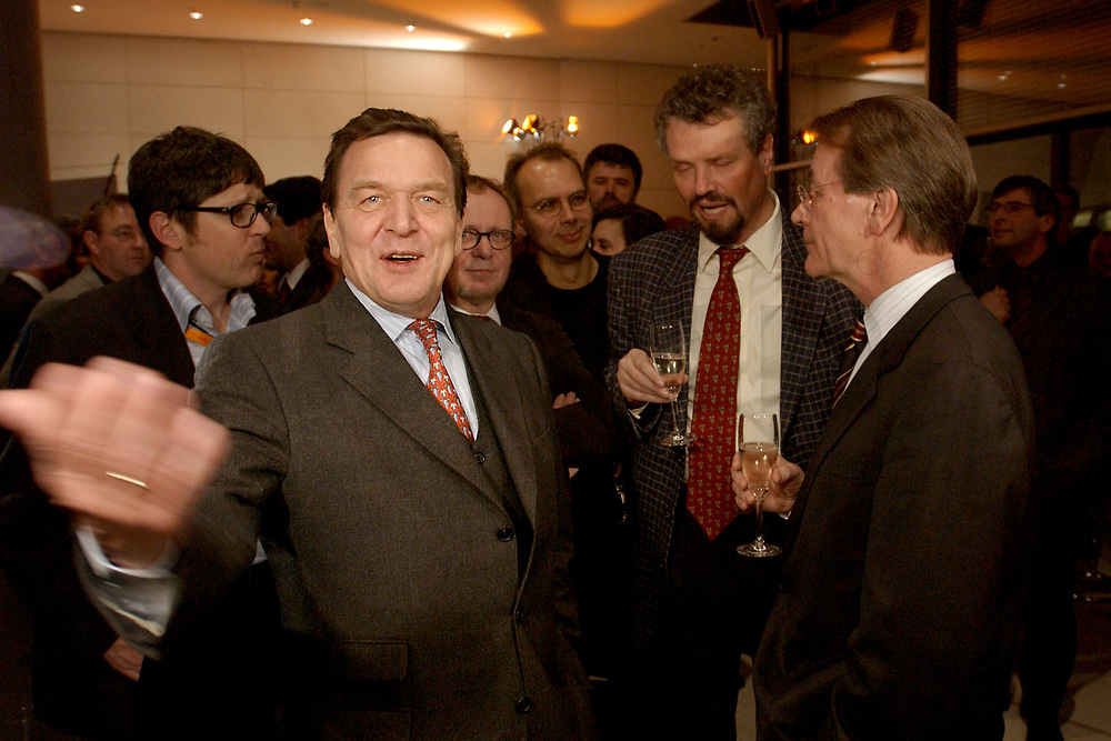 13 JAN 2003, BERLIN/GERMANY:<br /> Gerhard Schroeder (L), SPD Bundeskanzler, und Franz Muentefering (R), SPD Fraktionsvorsitzender, im Gespraech, Neujahrsempfang der SPD Bundestagsfraktion, Fraktionsebene, Deutscher Bundestag<br /> IMAGE: 20030113-02-030<br /> KEYWORDS: Gespräch, Franz Müntefering, Gerhard Schröder