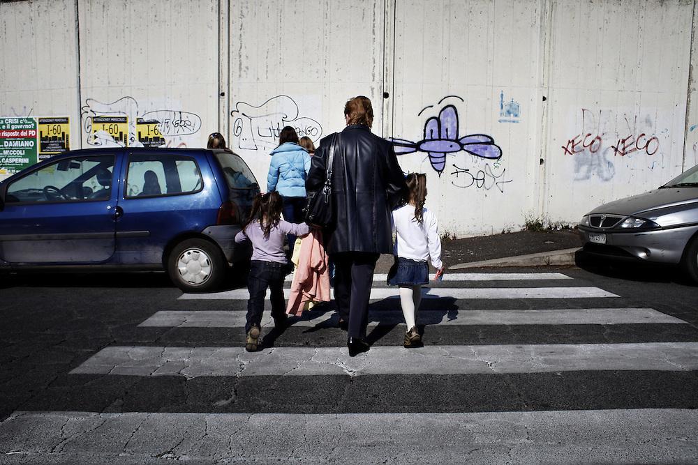 Nonna e nipoti torna a casa dopo essere uscite le piccole da scuola<br /> <br /> Grandmother from grandchildren to school