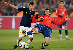 25.06.2010, Loftus Versfeld Stadium, Tshwane Pretoria, RSA, FIFA WM 2010, Chile (CHI) vs Spain (ESP)., im  Bild David Villa (Spagna) e Waldo Ponche (Cile).. EXPA Pictures © 2010, PhotoCredit: EXPA/ InsideFoto/ Giorgio Perottino +++ for AUT and SLO only +++ / SPORTIDA PHOTO AGENCY