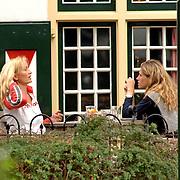 NLD/Laren/20060915 - Natascha Froger - kunst en Danielle Overgaag drinken een kop koffie op een terras na een kennismakingsronde door Laren