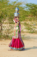Inde, Gujarat, Kutch, village de Hodka, population d'ethnie Harijan, femmes venuent chercher de l'eau au puits // India, Gujarat, Kutch, Hodka village, Harijan ethnic group, women at water well