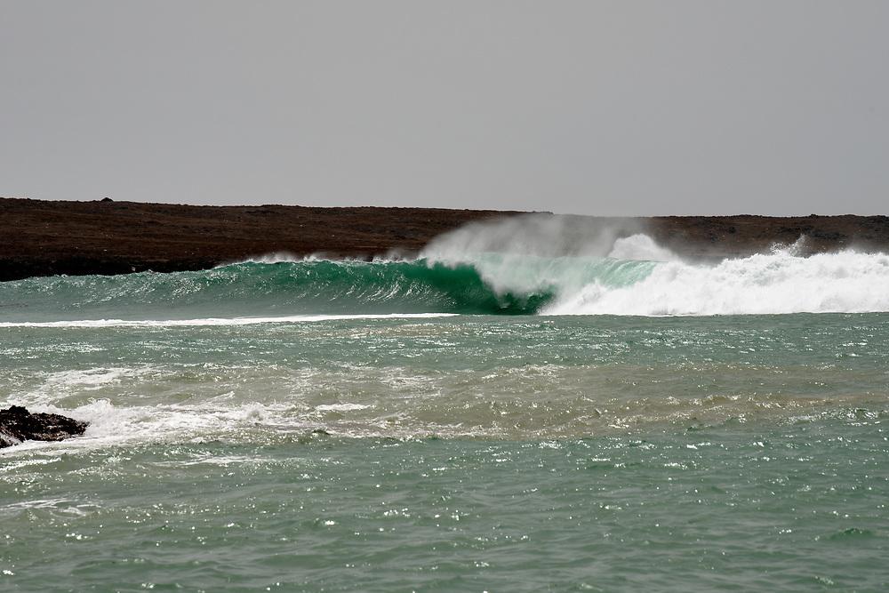 Wave in the entrance of the port. Vague à l'entrée du port.