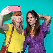 NLD/Halfweg20190829 - Seizoenspresentatie RTL 2019 / 2020, Evelyn Struik en Bridget Maasland maken een selfie