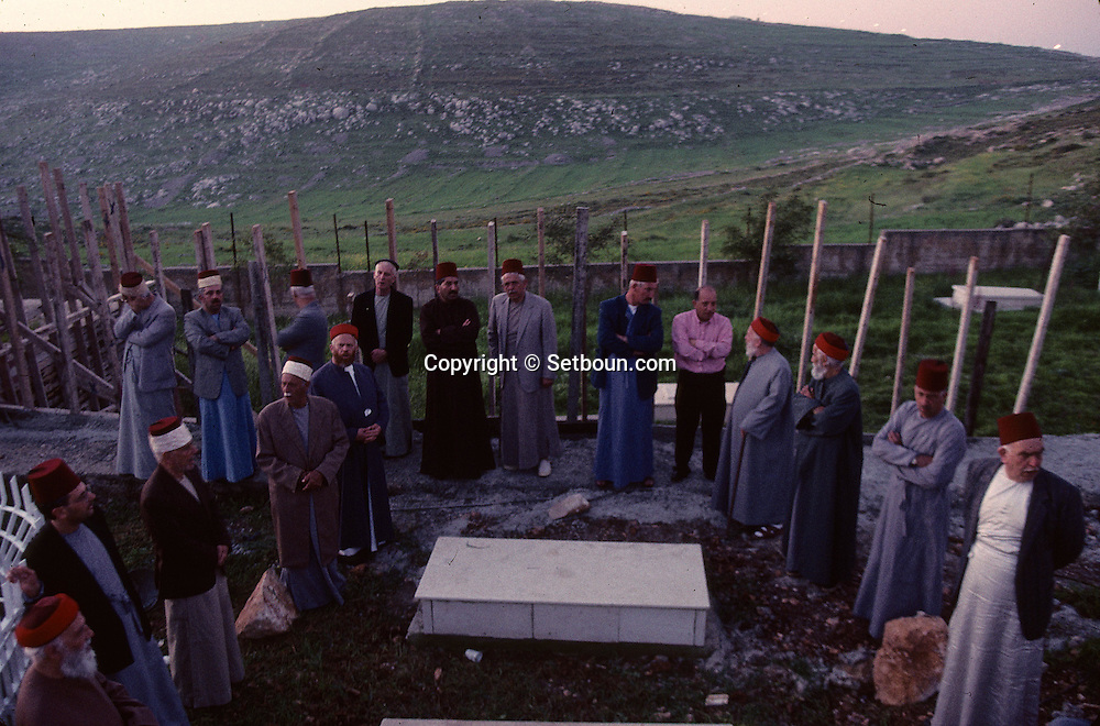 = The Samaritans pilgrimage in the Cemetery   Mount Gerizim  Israel  Near Sekhem; Israelite tribe  /// les samaritains, pelberinage au cimetiere sur la tome des anciens grands pretres  Mount Gerizim  Israel Israelite tribe +